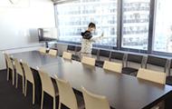都会を眺められる少し広めの会議室